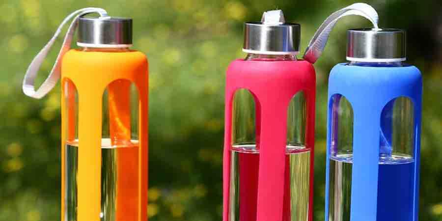 Botellas de agua de cristal y silicona